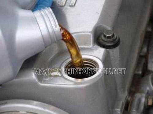 Khắc phục máy nén khí bị nóng bằng cách thay dầu đúng định kỳ theo khuyến cáo của hãng sản xuất