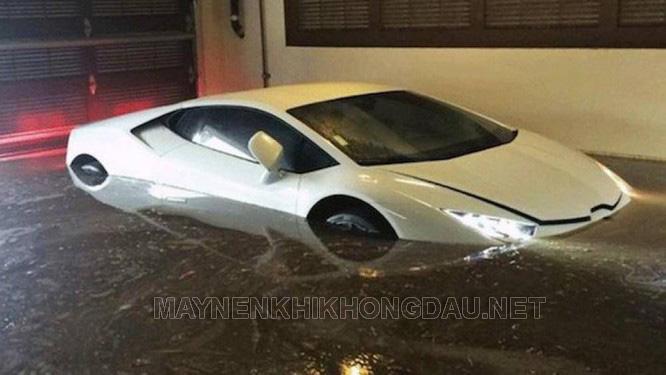 Ô tô bị ngập nước trong mùa mưa