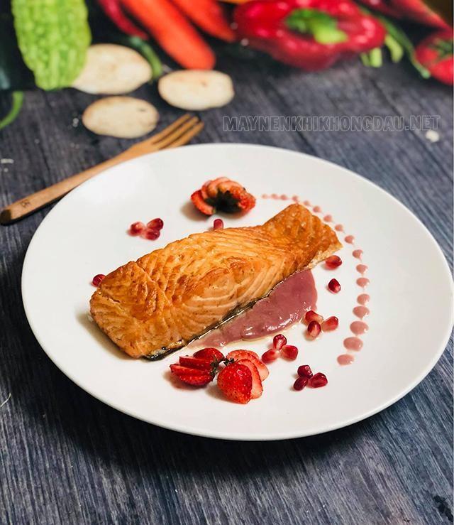 Trang trí món ăn với các loại rau củ, nước sốt làm cho món ăn thêm ngon mắt, tăng hương vị hơn