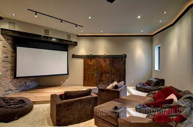 Các gia đình lắp đặt màn chiếu quang học trong phòng xem phim tại nhà.