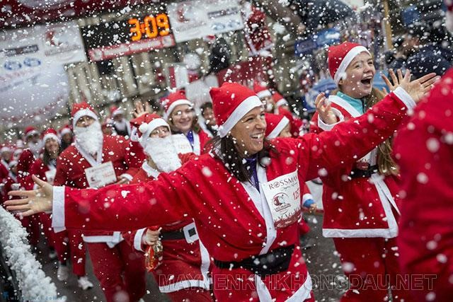 Hàng nghìn người tham gia vào lễ hội Santa Run